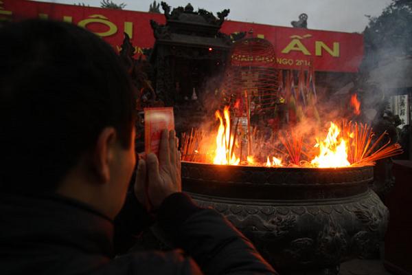 Bát hương bốc cháy là điềm báo gì? hên hay xui