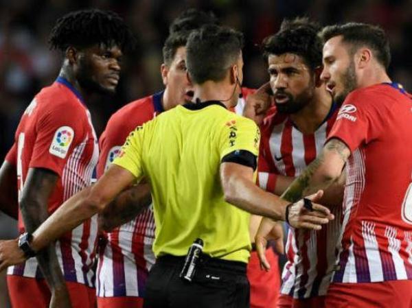 Diego Costa khóc trong phòng thay đồ sau khi bị thẻ đỏ